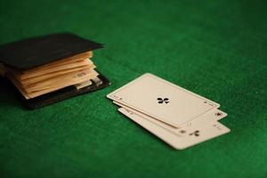 ace cross e carteira com conceito de jogo com dinheiro vivo foto