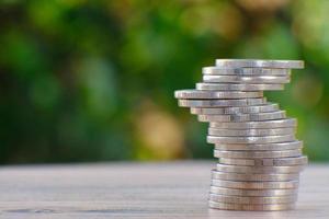 economizar dinheiro com a pilha de moedas de fundo e o conceito de crescimento do negócio foto