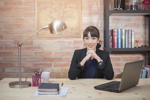 linda mulher está trabalhando em um escritório em casa foto