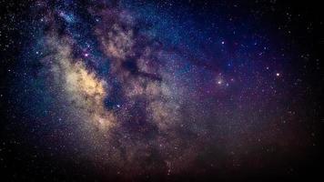 centro da Via Láctea no céu escuro da noite foto