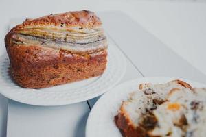 pão caseiro de banana com frutos secos e nozes. foto