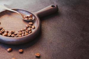 grãos de café torrados em fundo escuro foto