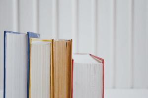 pilhas de livros didáticos em um fundo branco. conceito de educação. foto
