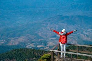 jovens caminhando no topo de uma colina em doi inthanon, chiang mai, tailândia foto