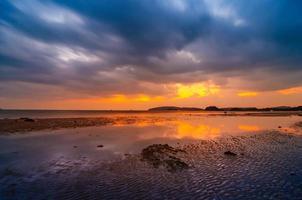 mar da praia ao anoitecer nublado em ao nang krabi, tailândia foto