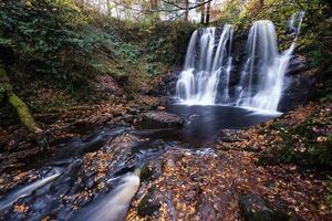 cachoeira no parque florestal glenariff na irlanda do norte no Reino Unido foto