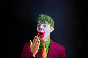 homem com maquiagem de palhaço foto