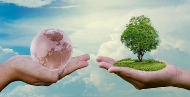 conceito salvar o mundo salvar o meio ambiente o mundo está nas mãos do céu foto