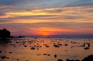 mar pôr do sol à noite tailândia phuket foto