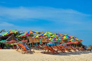 mar, ilha, guarda-chuva, tailândia, khai island phuket, espreguiçadeiras e guarda-sóis em uma praia tropical foto