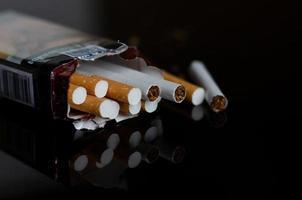 mundo sem tabaco dia homens quebra de cigarro e mandam um cigarro foto
