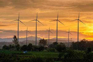 energia da turbina eólica geração de energia ecológica verde. fazenda eólica eco campo lindo céu tailândia foto