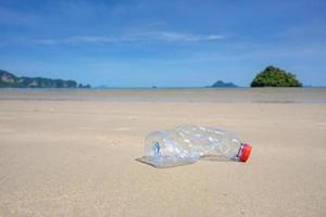 Resíduos plásticos na praia, mar, conceito de preservação da natureza e meio ambiente foto