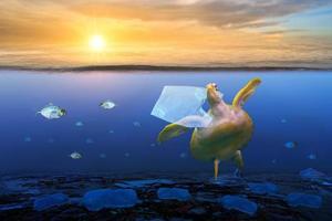 tartarugas oceânicas de plástico estão comendo sacos plásticos sob o mar azul. conceitos de preservação ambiental e não jogar lixo no mar foto
