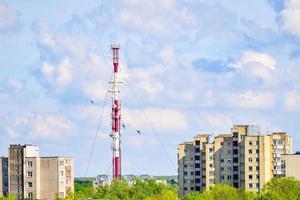 arquitetura da torre de rádio e TV de Siauliai com prédios na Lituânia foto