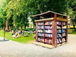 vilnius, lituânia, 15 de junho de 2018 - pessoas curtindo a biblioteca pública de vilniusread foto