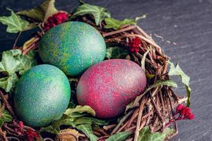 ovos de Páscoa com ovos de decoration.chicken em um ninho de pássaros. foto