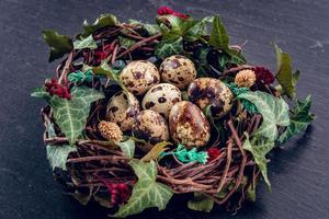 ovos de Páscoa com ovos de decoration.quail em um ninho de pássaro. foto