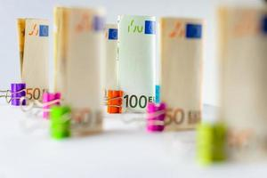várias centenas de notas de euro. notas de euro empilhadas aleatoriamente. dinheiro em moeda euro. notas empilhadas umas sobre as outras em posições diferentes. foto