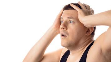 desesperado estressado jovem preocupado com as mãos na cabeça. isolado no fundo branco. foto