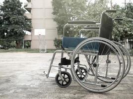 cadeira de rodas vazia estacionada no parque. foto