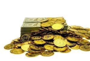 pilha de moedas de ouro e notas de 100 usd foto