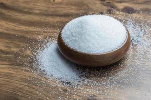 açúcar branco no chão de madeira foto