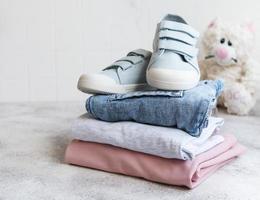 conjunto de roupas infantis foto