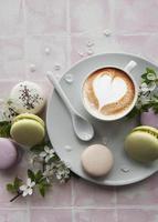 macaroons com uma xícara de café foto