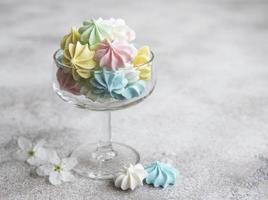pequenos merengues coloridos no copo foto
