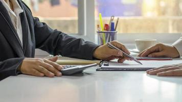 empresários trabalhando juntos em mesas no conceito de trabalho em equipe da sala de conferências do escritório, foco suave. foto