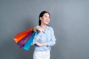 mulher asiática segurando sacolas de compras foto