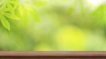 fundo de mesa de madeira turva com fundo de folha verde turva natural, ideia de espaço para em branco ou exposição de produto. foto