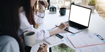 empresário trabalhando em tabelas de análise e gráficos mostrando os resultados foto