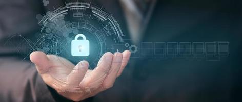 empresário segurando um cadeado protegendo dados de negócios e informações com conexão de rede virtual foto