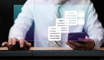 empresário trabalhando em um conceito de gerenciamento de documentos com ícones na tela virtual foto