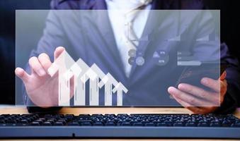 empresário analisando dados financeiros do gráfico de negociação forex foto