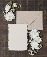 vista de cima arranjo de casamento com flores de anel e envelope foto