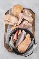 mesa de alimentos congelados de sortimento. mesa de alimentos congelados de posição foto
