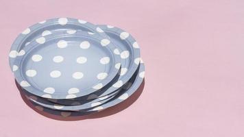 placas de alto ângulo em fundo rosa foto