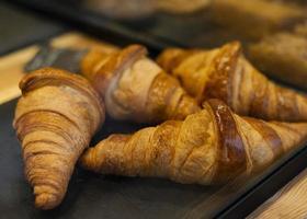 deliciosos croissants de ângulo alto na bandeja foto