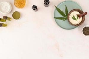 variedade de garrafa de óleo de cannabis natural com folha de cannabis vista superior foto