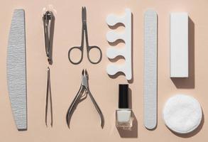 produtos para o cuidado das unhas com arranjo de natureza morta plana foto