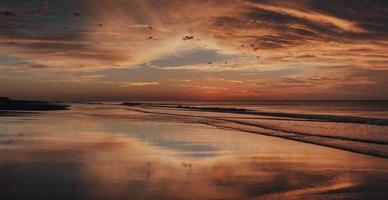 bela praia ao nascer do sol foto