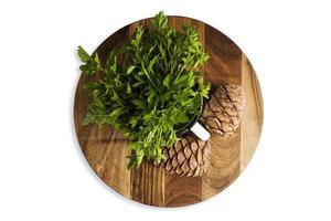 folha de salsa verde em uma tábua de madeira, isolar foto