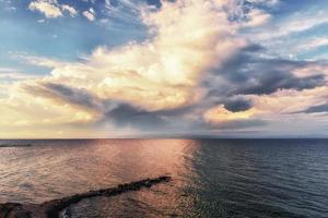 dramático pôr do sol no mar aberto, céu panorâmico sobre o mar Egeu, península kassandra, grécia. foto