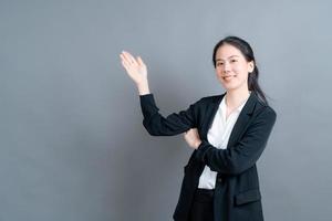mulher asiática com mão apresentando-se de lado foto
