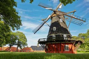 moinho de vento na histórica fortaleza kastellet em copenhague, dinamarca foto