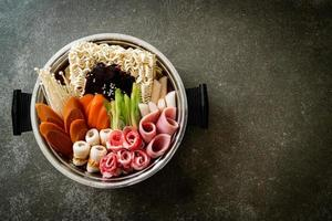 budae jjigae ou budaejjigae guisado do exército ou guisado da base do exército. é carregado com kimchi, spam, salsichas, macarrão ramen e muito mais foto