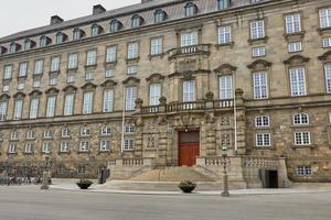 o edifício principal e a platz em frente ao christiansborg slot copenhagen, dinamarca foto